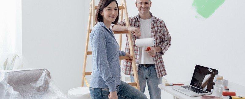 Para maluje mieszkanie